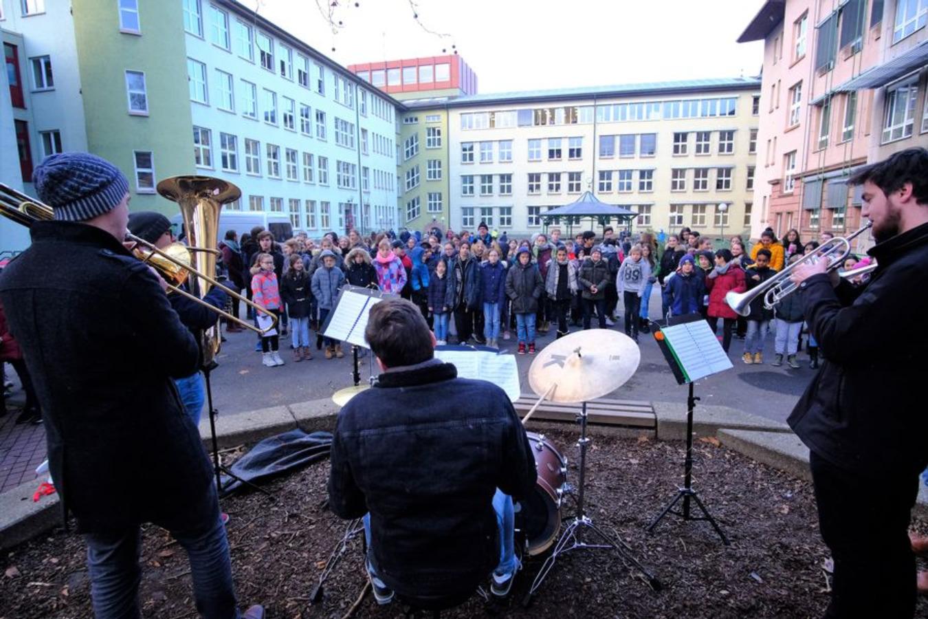 Weihnachtliches Pausenhofkonzert begeistert die Schülerschaft